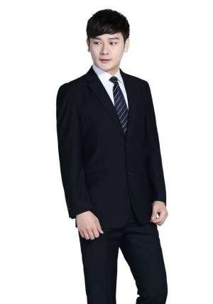 男士西服主要包括正式西服,那穿着正式西服时应该注意些什么?